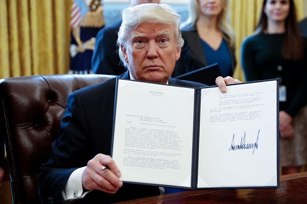 zdroj: her.ie (https://www.her.ie/news/donald-trump-angriest-signature-might-ever-seen-329517).